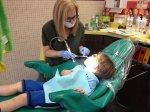 dziecko podczas wiztyty u dentysty